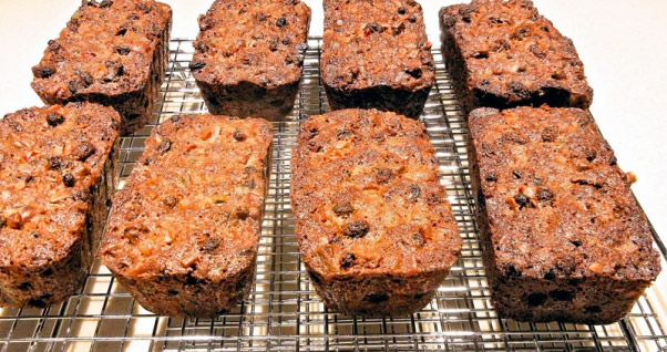 Holiday-foods-that-are-bad-for-dogs-grapes-raisins-fruitcake-602x318